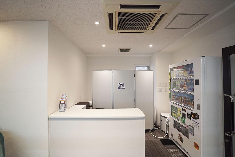 エントランス部分のカウンターは、受付としてもご利用可能※モニタールーム空室時
