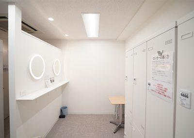 男子更衣室も広くてキレイ。エアコン完備で快適にお使いいただけます。