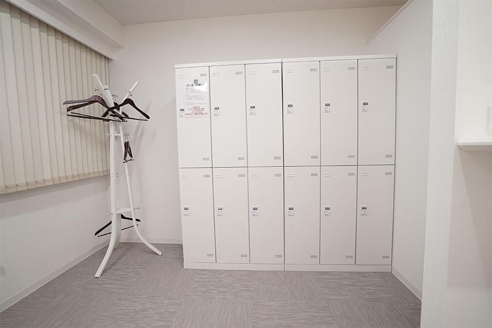 更衣室には、男女共に24基ずつダイヤルロッカーを完備しております。