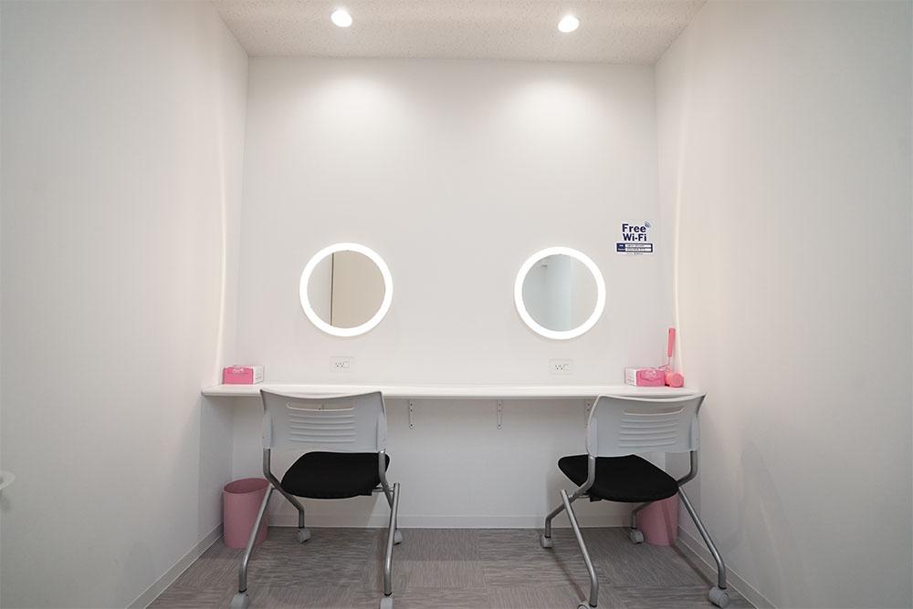 女子更衣室にはパウダールームを併設しております。女性用の楽屋やメイクルームとしてもお使いいただいております。