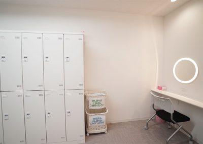 清潔感あふれる、広くて使い勝手の良い更衣室を男女別で構えております。