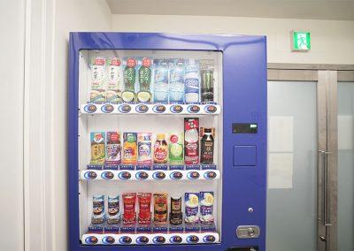 エントランスには自動販売機を設置しました。
