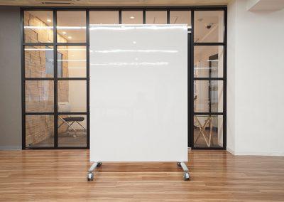 自立式パネル【鏡・ホワイトボード】の両面タイプW1180×D610×H1780 ※ご利用の際は事前問い合わせ(4台まで)